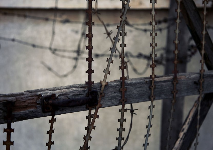 Khmer-Rouge-Tuol-Sleng-Barbed-Wire2-Indira-Cesarine.jpg