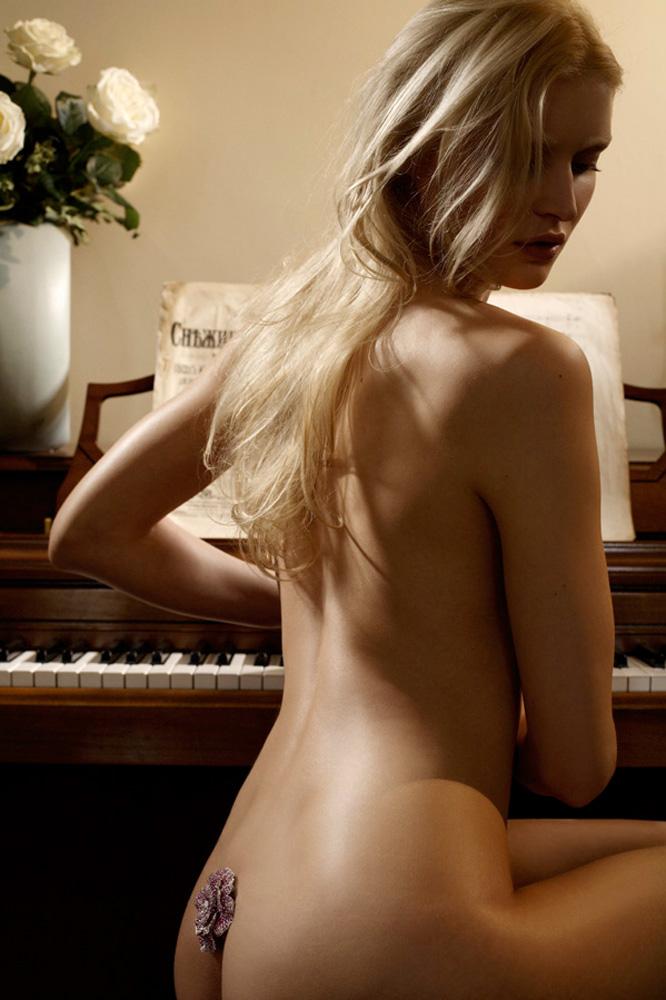 Indira-Cesarine-Renaissance-Girl-2007-Limited-Edition-Photography-Series-001.jpg