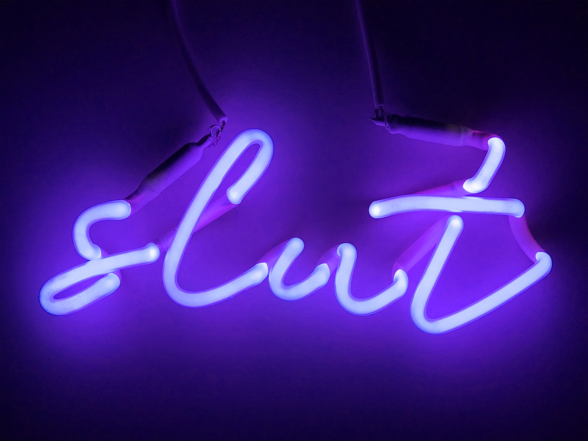 INDIRA-CESARINE_slut-violet_-NEON-LIGHT-SCULPTURE_2018.jpg