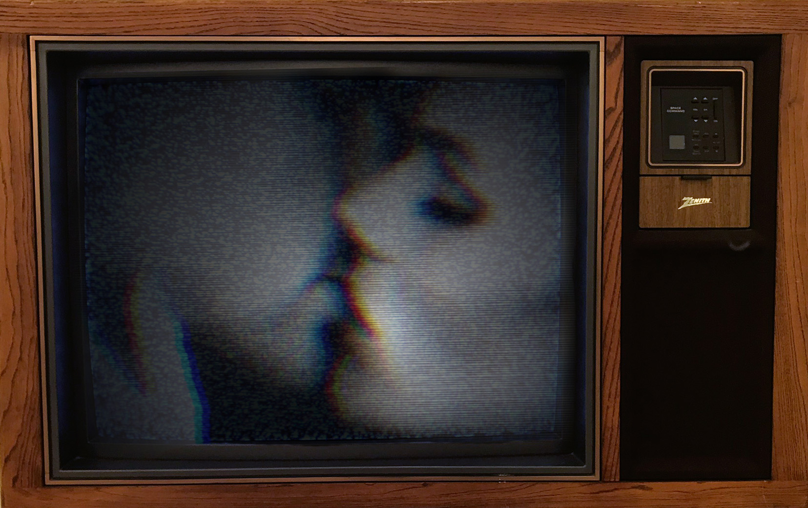 INIDRA-CESARINE_Kiss-Me_VIDEO-ON-VINTAGE-ZENITH-TV_2018-crop.jpg