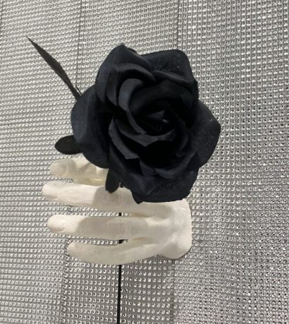 Indira-Cesarine-The-Labyrinth-Les-Mains-Blanches-Hand-Sculptures-in-Resin-with-black-Flowers-3.jpeg
